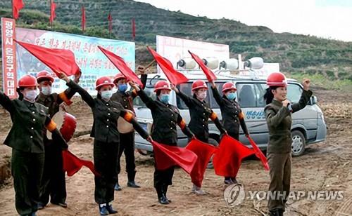 朝鲜宣传队为重建灾区打气
