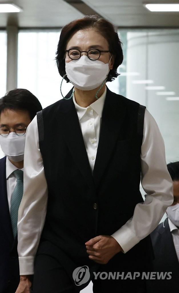 韩进集团前会长夫人出庭受审