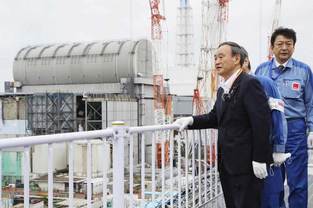 资料图片:2020年9月26日,日本首相菅义伟视察福岛核电站第一机组。 韩联社/共同社