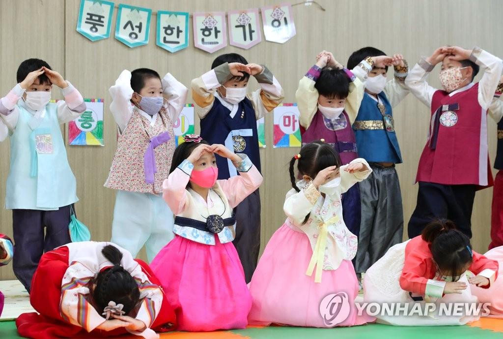 娃娃们学习传统礼节