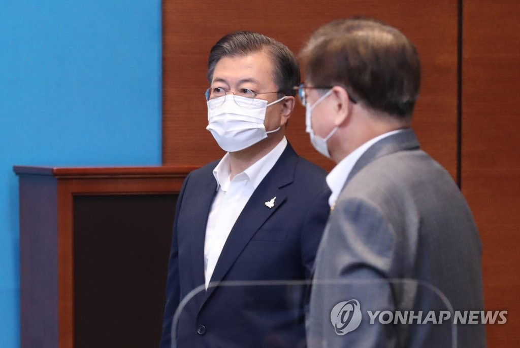 9月28日,在青瓦台,文在寅(左)在出席幕僚会议前与国家安保室室长徐薰交谈。 韩联社