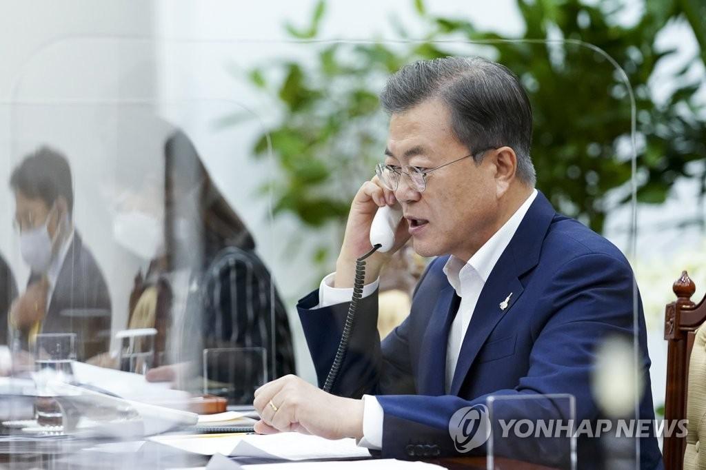 9月28日,在青瓦台,韩国总统文在寅同俄罗斯总统普京通电话。 韩联社/青瓦台供图(图片严禁转载复制)