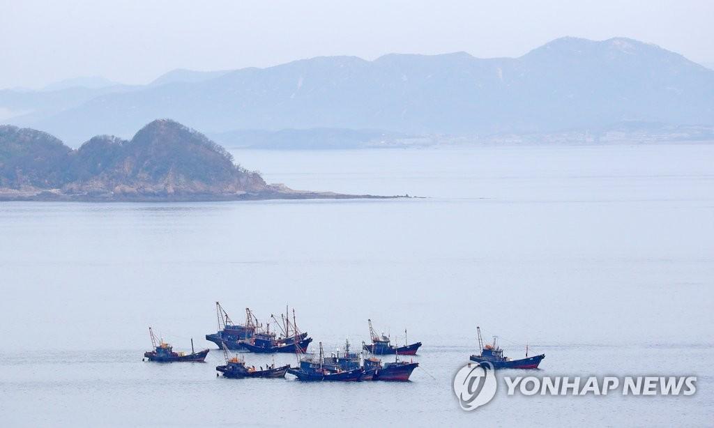 在朝鲜海域作业的中国渔船