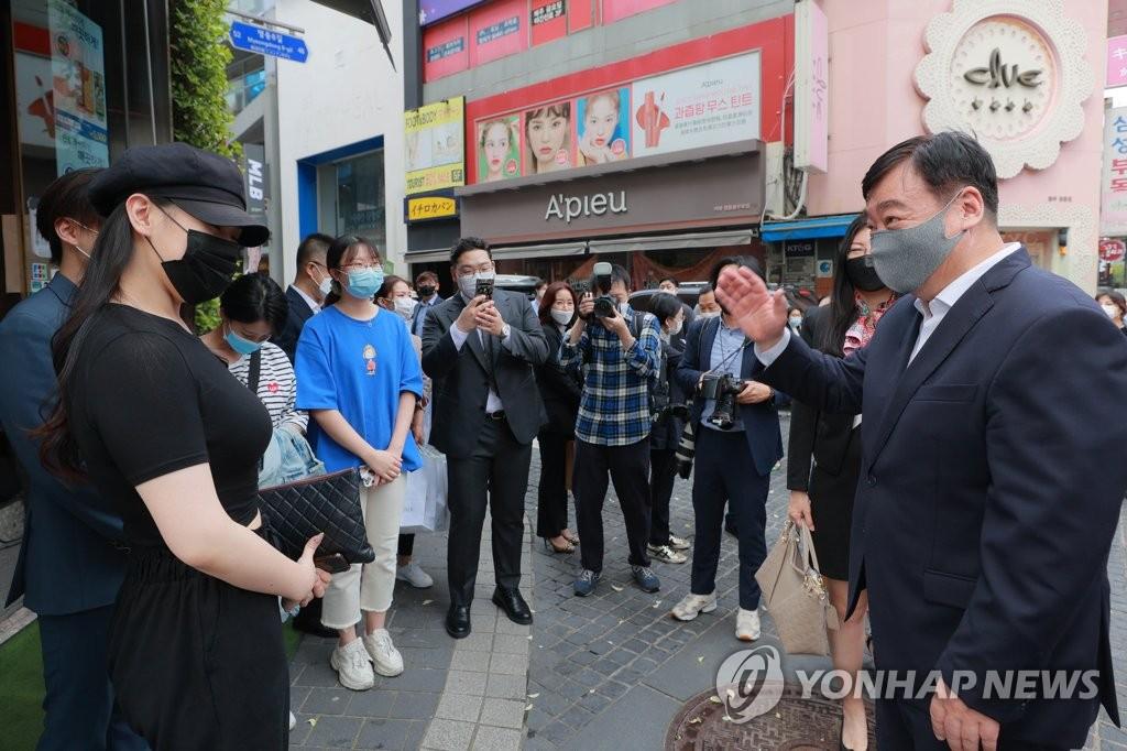 中国驻韩大使与留学生交谈