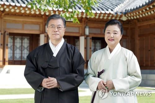 韩总统伉俪迎中秋送祝福