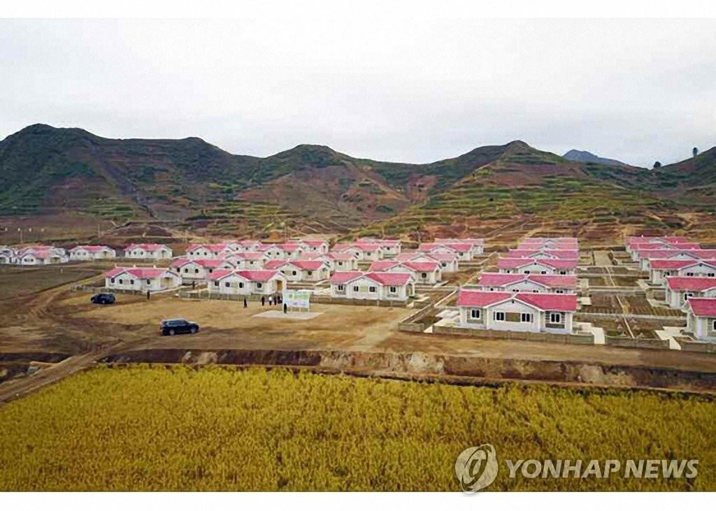 这是金化郡新建的住房。 韩联社/《劳动新闻》官网截图(图片仅限韩国国内使用,严禁转载复制)