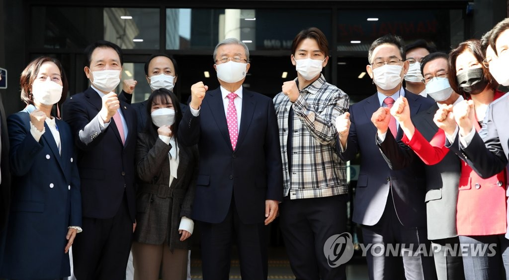 10月5日,在首尔汝矣岛,国民力量党应急对策委委员长金钟仁(左四)和党鞭朱豪英(左六)等人士在新办公楼揭牌仪式上合影。 韩联社