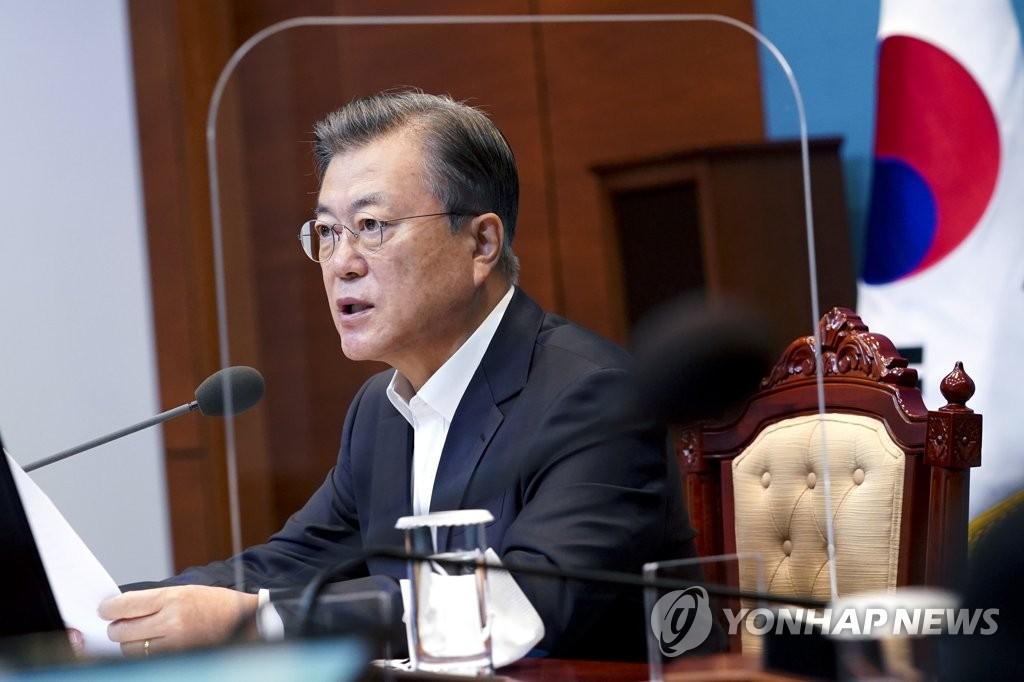10月6日,在青瓦台,文在寅主持召开国务会议。 韩联社