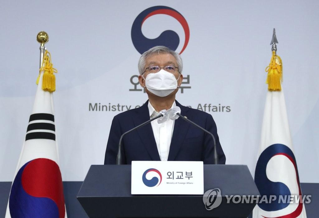 10月6日,外交部第二次官李泰镐公布韩日特别入境制度内容。 韩联社