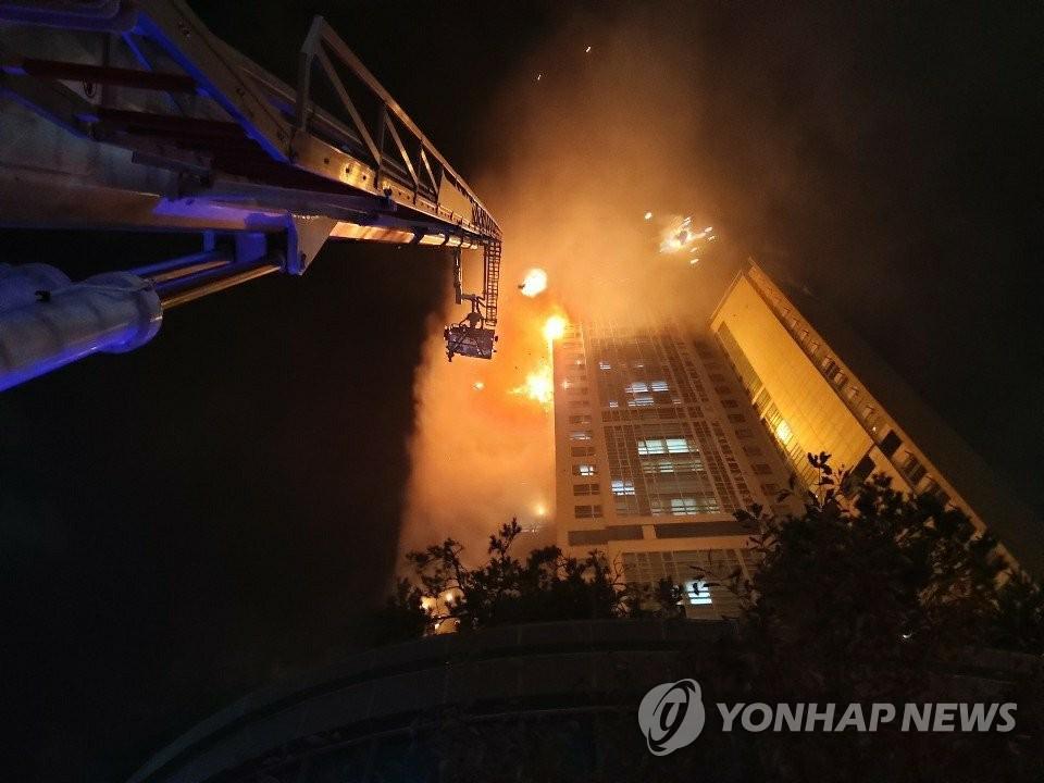 10月8日,韩国蔚山市一栋33层高楼发生火灾。图为现场照。 韩联社/消防厅供图(图片严禁转载复制)