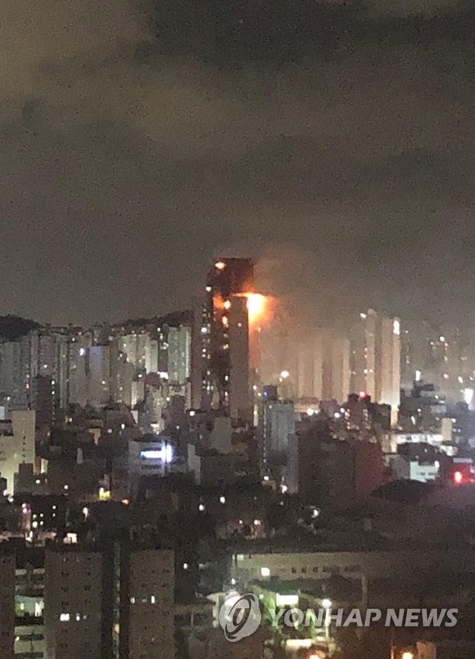 10月8日,韩国蔚山市一栋33层高楼发生火灾。图为现场照。 韩联社/读者供图(图片严禁转载复制)