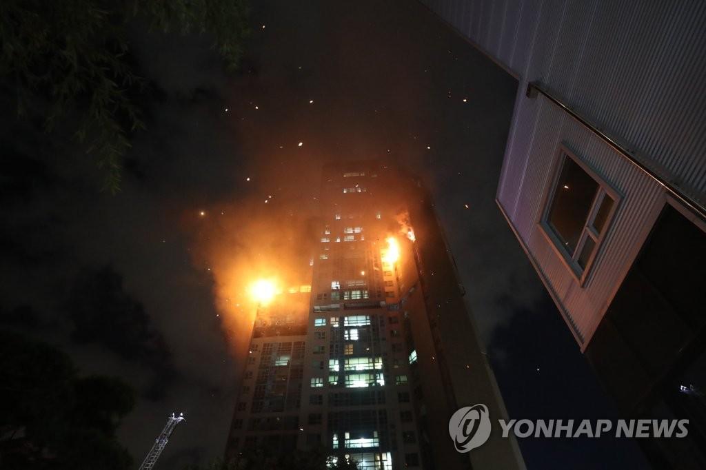 10月8日,韩国蔚山市一栋33层高楼发生火灾。图为现场照。 韩联社
