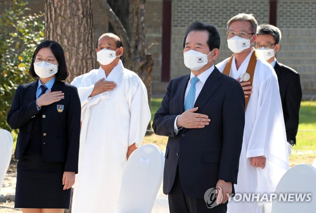 10月9日,在首尔景福宫修政殿,韩国国务总理丁世均(前排右)出席第574个韩文日纪念仪式。 韩联社