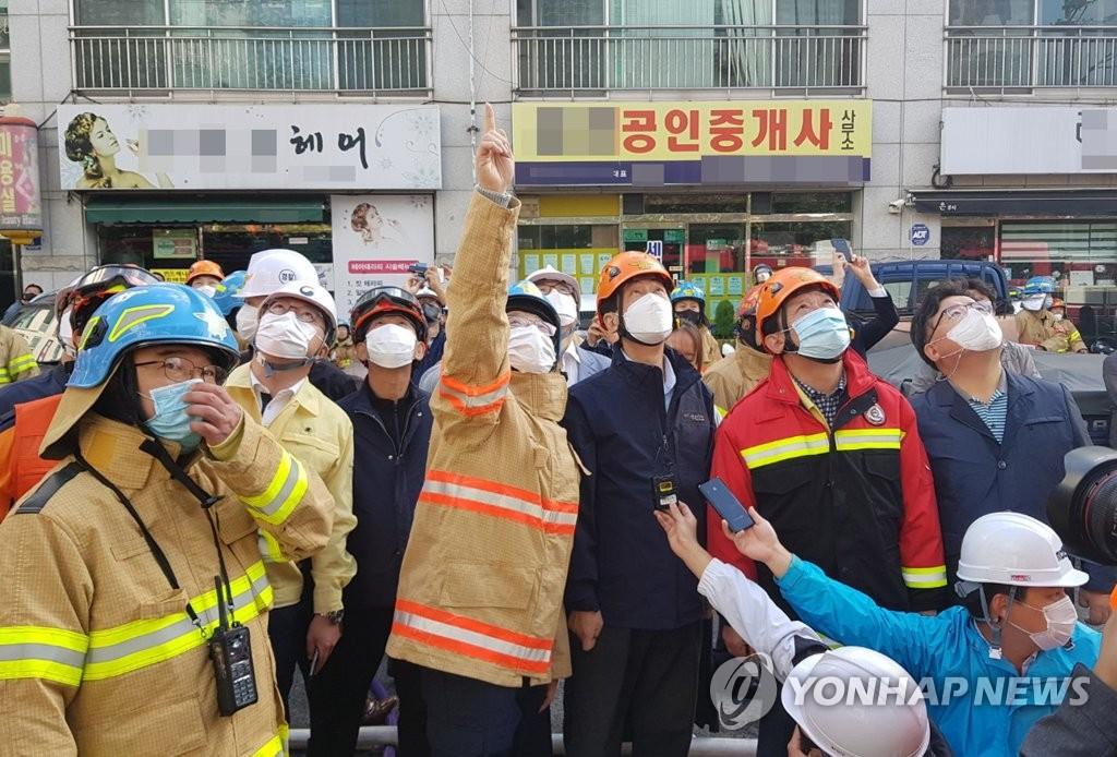 10月8日,韩国蔚山市一栋33层高楼发生火灾。图为行政安全部长官陈永(右三)了解现场情况。 韩联社/行政安全部供图(图片严禁转载复制)