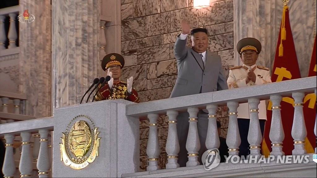 10月10日,在平壤金日成广场,朝鲜国务委员会委员长金正恩出席劳动党成立75周年阅兵仪式,并在发表讲话前向群众挥手致意。 韩联社/朝鲜中央电视台画面截图(图片仅限韩国国内使用,严禁转载复制)