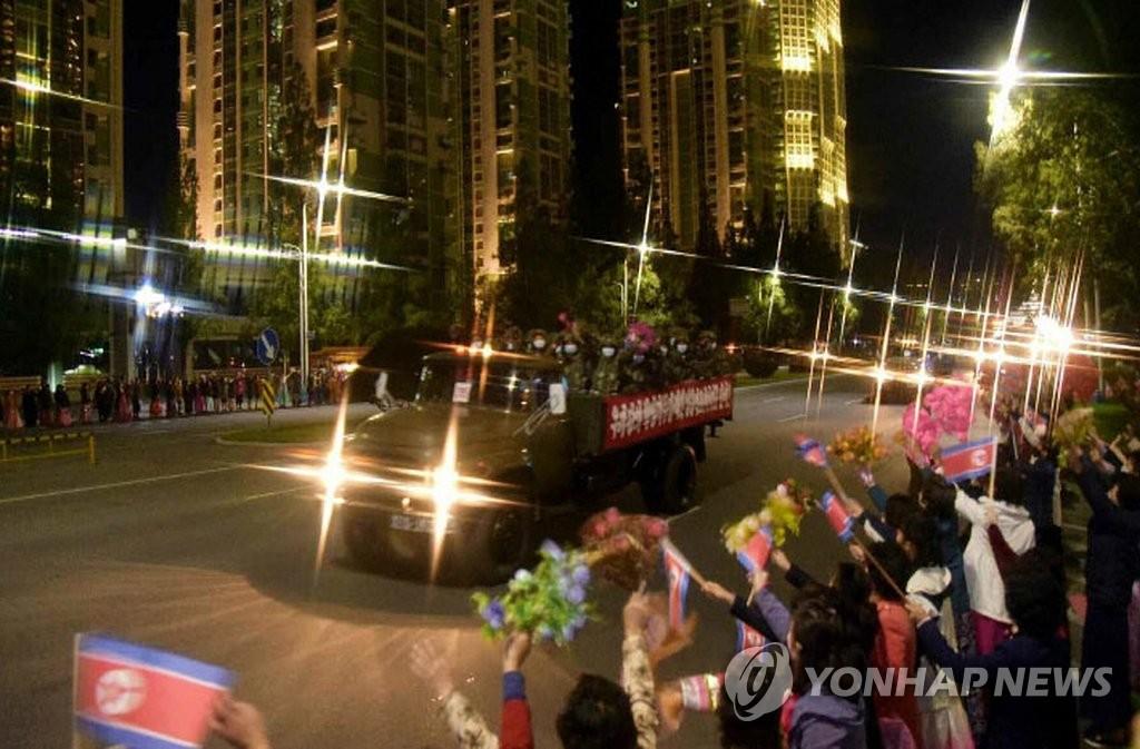 朝鲜劳动党机关报《劳动新闻》10月10日报道,朝鲜在阅兵式结束后举办大型群众游行,庆祝建党75周年纪念日。 韩联社/《劳动新闻》官网截图(图片严禁转载复制)