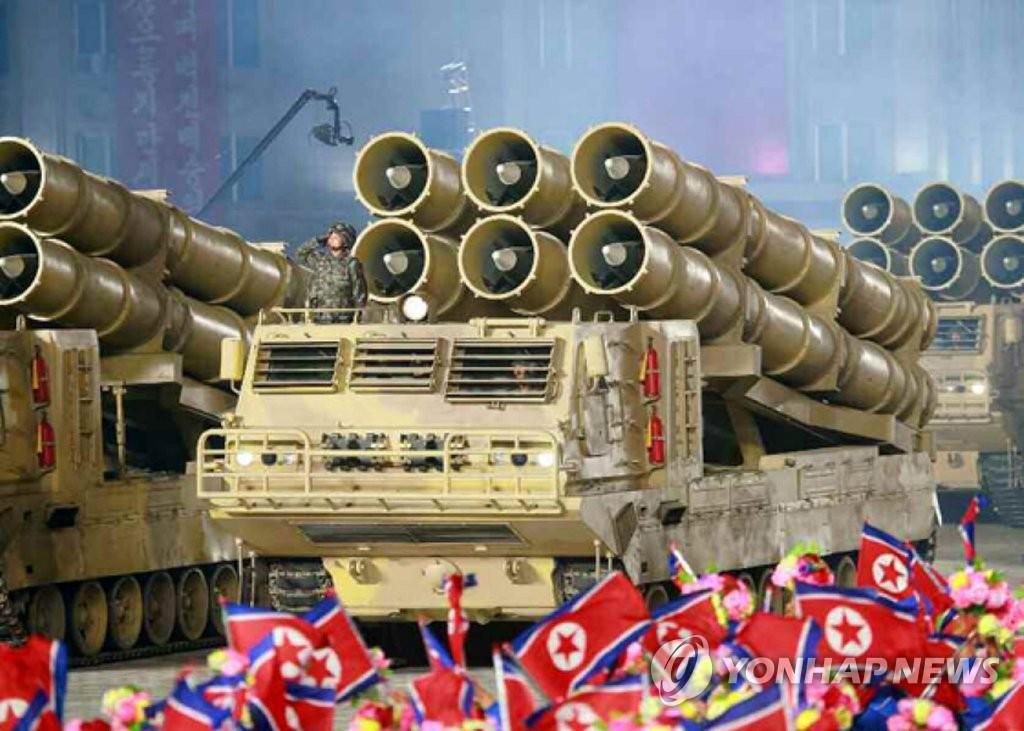资料图片:10月10日,朝鲜在建党日75周年阅兵式上公开的超大型火箭炮。 韩联社