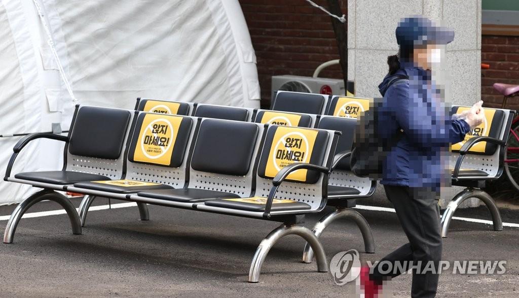 """资料图片:筛查诊所外的""""保持距离""""座椅 韩联社"""