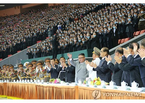 金正恩观看纪念建党75周年大型团体操表演