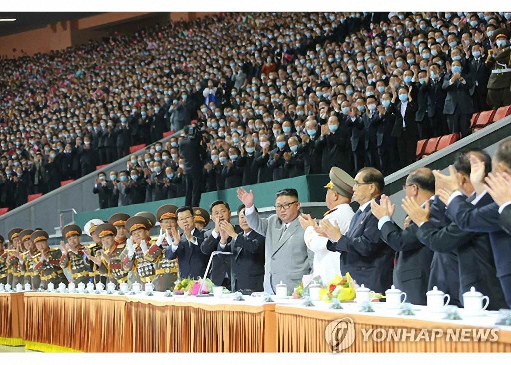 据《劳动新闻》10月12日报道,朝鲜国务委员会委员长金正恩11日观看了纪念劳动党成立75周年大型团体操和文艺演出。 韩联社/《劳动新闻》官网截图(图片仅限韩国国内使用,严禁转载复制)
