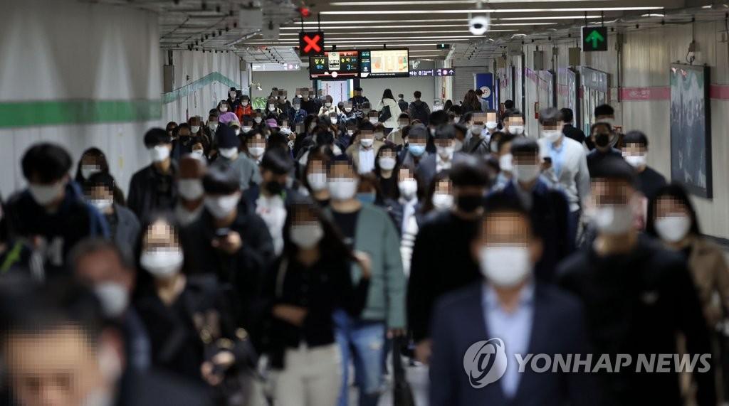 资料图片:疫情下的上班路 韩联社