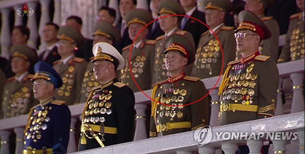 10月10日,在阅兵式主席台上,方斗燮站在紧挨人民军总政治局长金秀吉的位置。 韩联社/朝鲜央视(图片仅限韩国国内使用 严禁转载复制)