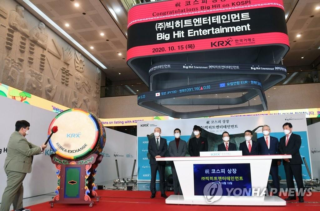 10月15日,在韩国交易所举行的Big Hit娱乐上市纪念仪式上,Big Hit娱乐掌门人房时赫(左边)打鼓庆祝。 韩联社/联合摄影团