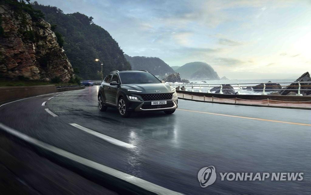 """资料图片:现代汽车10月15日表示,旗下升级版SUV车型""""全新KONA""""(The new KONA)正式上市。这是现代2017年款KONA的升级版,新款外观设计犀利个性,燃效领跑同级车车型。 韩联社/现代起亚汽车供图(图片严禁转载复制)"""