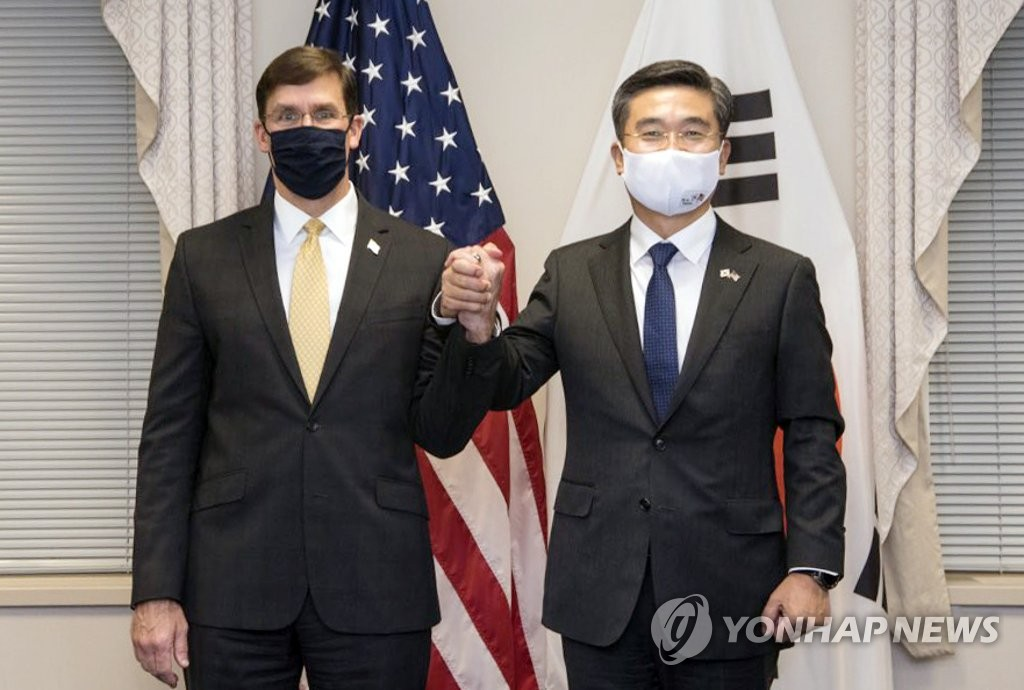 美国防长马克·埃斯珀(左)和韩国国防部长官徐旭牵手合影。 埃斯珀推特截图(图片严禁转载复制)
