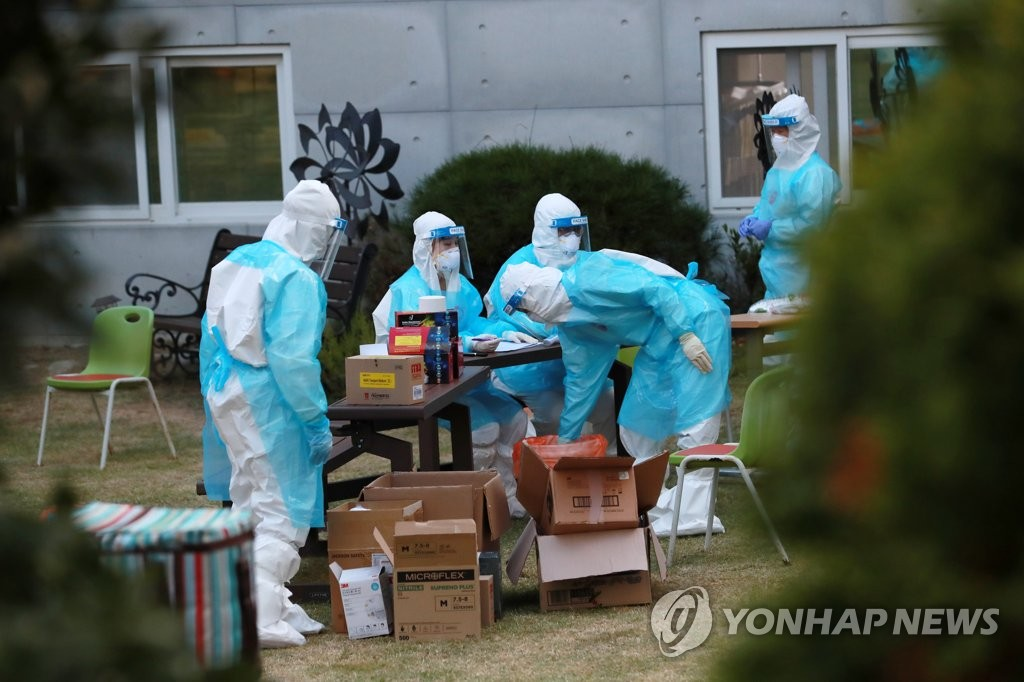 资料图片:10月15日,在位于釜山市的一家疗养医院,防疫人员准备对该院全体医患进行病毒检测。 韩联社
