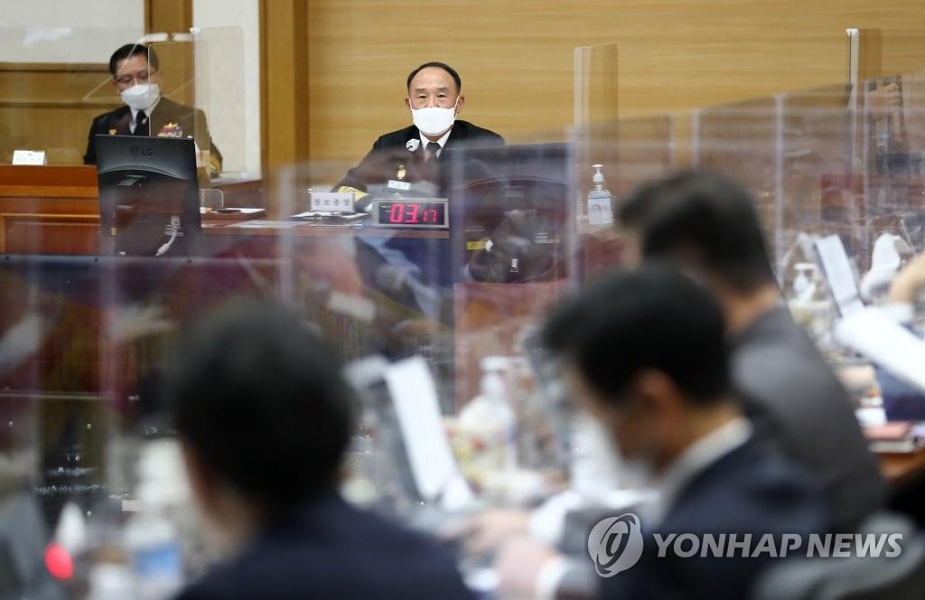 10月15日,在忠清南道鸡龙台举行的国会国防委员会国政监查上,海军参谋总长夫石钟答议员提问。 韩联社