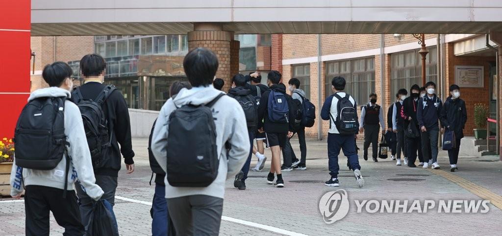 资料图片:2020年10月19日,在首尔龙山区一所初中,学生们返校复课。 韩联社