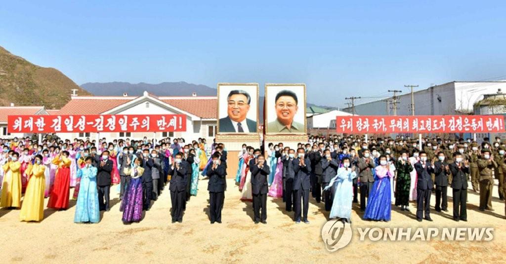 朝鲜台风灾民喜迁新居