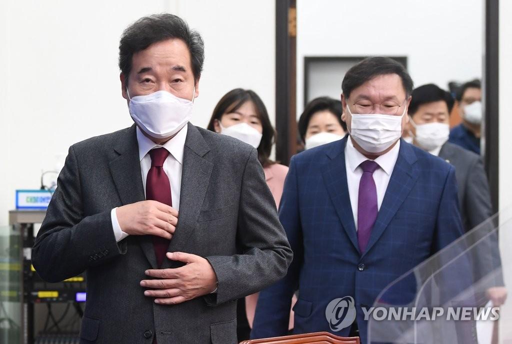 10月19日上午,在首尔市汝矣岛的国会,李洛渊(左)走入最高委员会会场。 韩联社