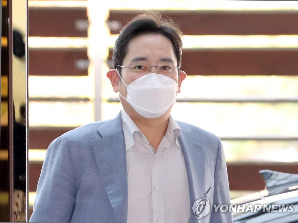 10月19日,在金浦国际机场,三星电子副会长李在镕准备启程前往越南。 韩联社