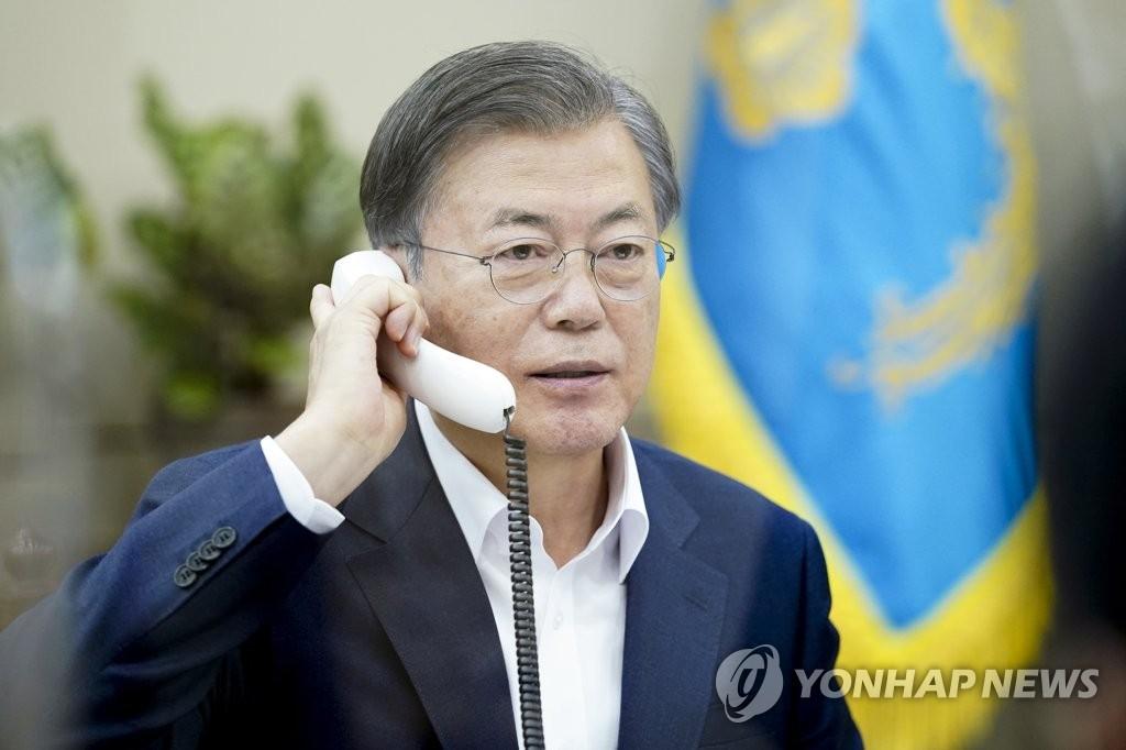 10月20日,在青瓦台,韩国总统文在寅同卢森堡首相贝泰尔通电话。 韩联社/青瓦台供图(图片严禁转载复制)