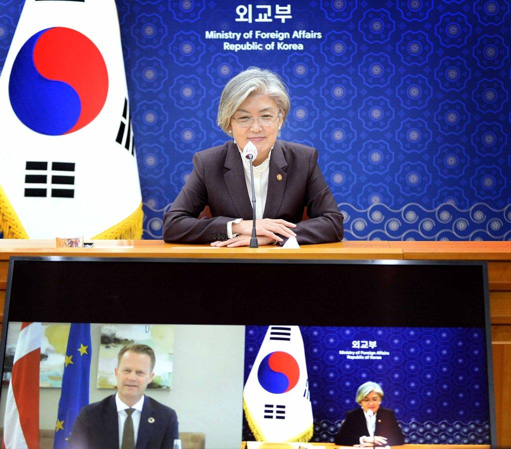 资料图片:10月20日,韩国外交部长官康京和同丹麦外长通电话呼吁在世贸组织总干事竞选中支持俞明希。 韩联社/韩国外交部供图(图片严禁转载复制)