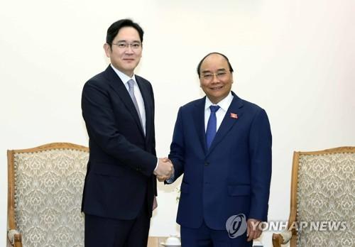 李在镕与越南总理握手