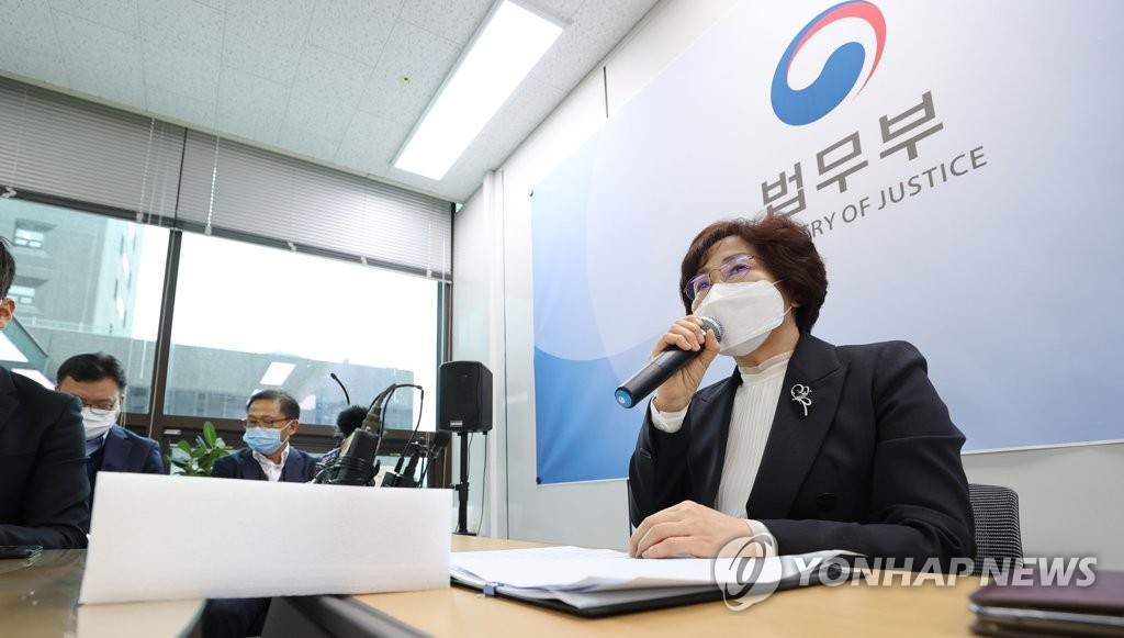 资料图片:10月21日,法务部矫正本部长李英姬(音)主持召开替代役制度记者会。 韩联社