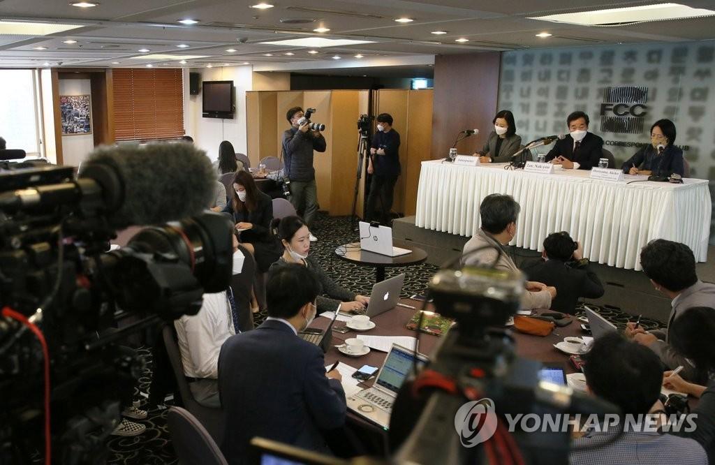 10月21日下午,在首尔市中区的韩国新闻中心,李洛渊出席外媒记者俱乐部讨论会,回答记者提问。 韩联社/国会摄影记者团供图(图片严禁转载复制)