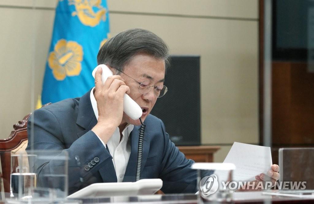 10月21日下午,在青瓦台,文在寅同印度总理莫迪通电话。 韩联社/青瓦台供图(图片严禁转载复制)