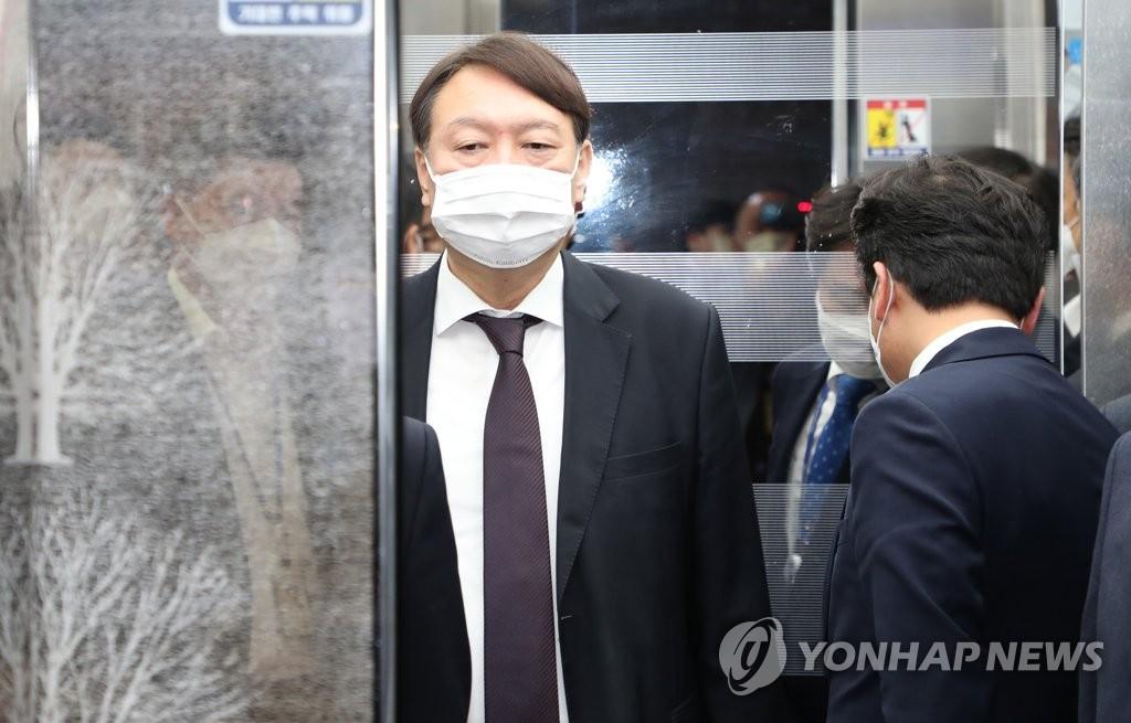 资料图片:10月22日,韩国检察总长尹锡悦为出席国会法制司法委员会实施的国政监查走进国会主楼。 韩联社