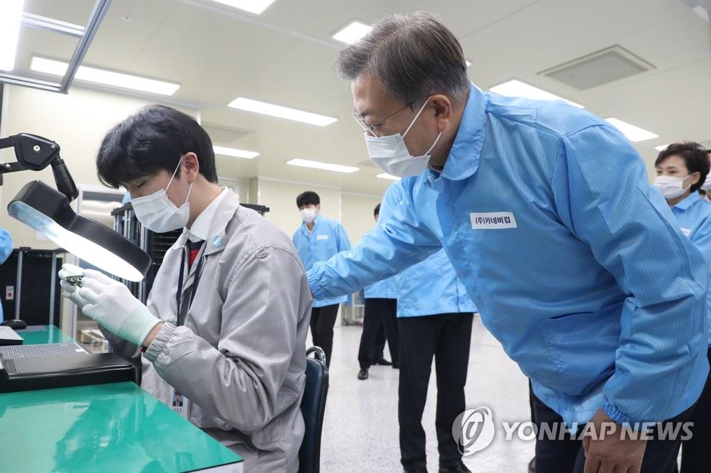 10月22日,在仁川市延寿区的一家自动驾驶汽车装备研发企业,韩国总统文在寅(右)勉励公司职员。 韩联社