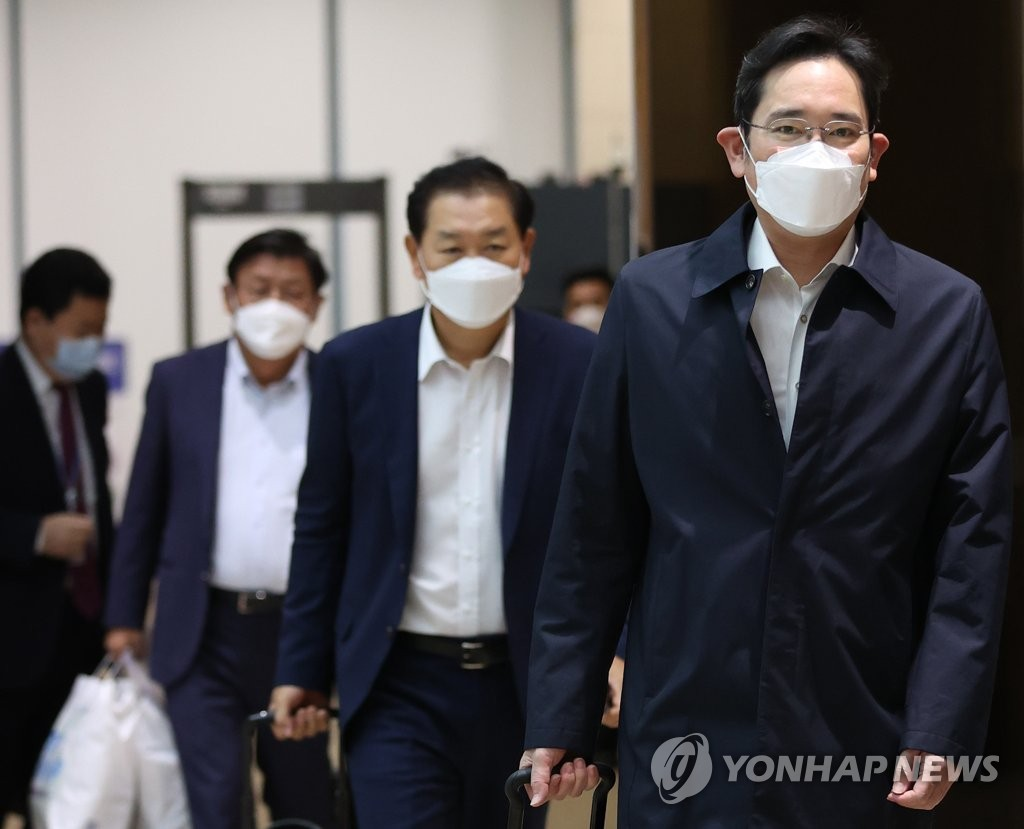 10月23日,三星电子副会长李在镕(右)结束访越乘机返回金浦国际机场。 韩联社
