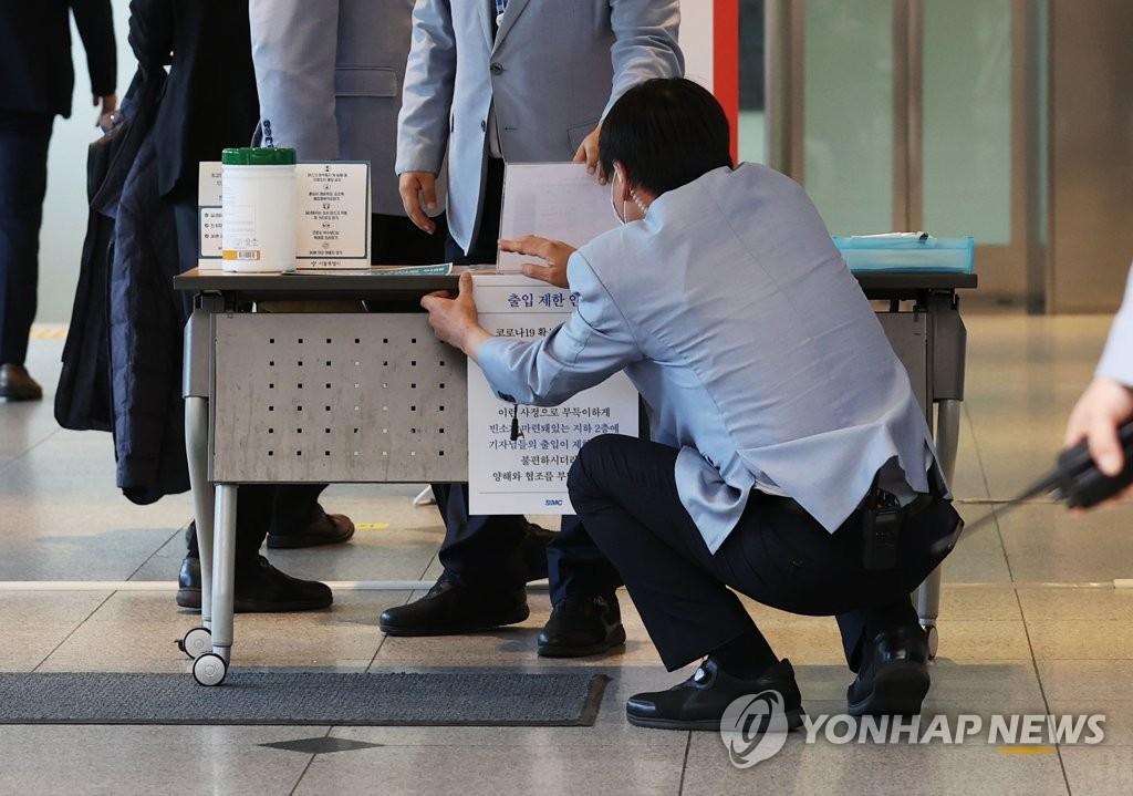 10月25日,在设于三星首尔医院的李健熙灵堂,工作人员张贴通告限制出入。 韩联社