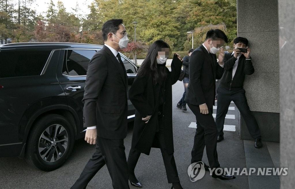 10月25日,三星电子副会长李在镕(左)步入三星首尔医院殡仪馆。 韩联社