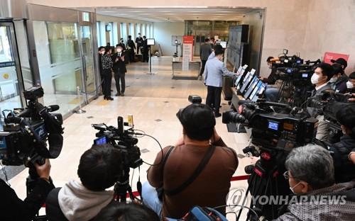 李健熙灵堂前被记者包围