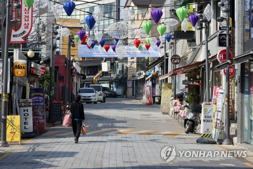 资料图片:10月26日,冷清的梨泰院街区。 韩联社