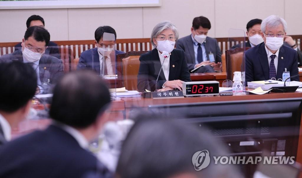 10月26日,在首尔市的汝矣岛,康京和出席国会外委会国政监查会议,回答议员提问。 韩联社