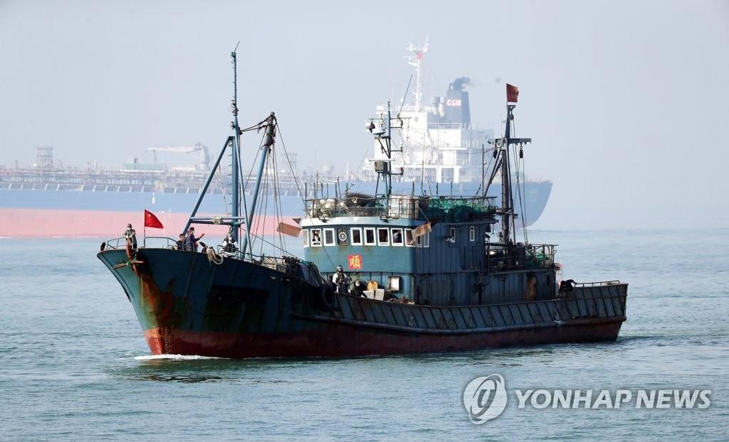 资料图片:被押送的非法捕捞渔船 韩联社